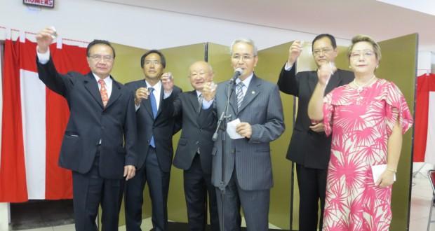 5団体代表と中前総領事が壇上で乾杯