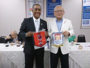 交流昼食会でペナントを交換するリベルダーデRCのマルコス・シャーベス会長(左)と鈴木社長