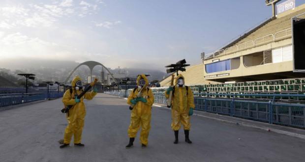 物々しい防護服でリオのサンバ会場に殺虫剤をスプレーするリオ市保健局スタッフ(Paula Johas/PCRJ)