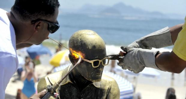修復作業でメガネの戻ったアンドラーデ像(Tania Rego/Agencia Brasil)