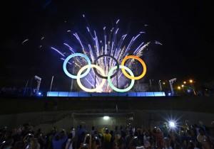 昨年5月、リオ市に開幕された五輪シンボルマークのモニュメント(Foto: J. P. ENGELBRECHT/PMERJ)
