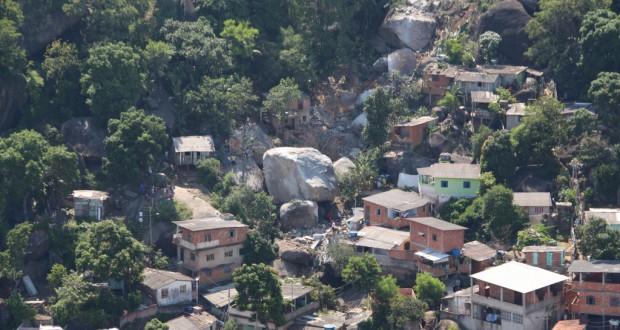 山肌を転がった巨大石は、家屋を直撃した(Alexandre Alvares/Semcom)