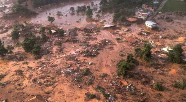 上空から見たダム決壊事故直後の被災地(Corpo de Bombeiros/MG - 05/11/2015)