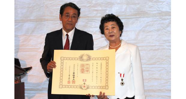 叙勲を受けた三分一さん(右)。左は梅田大使