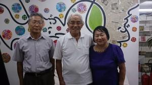 (左から)松村さん、村上さん、妻のことじさん