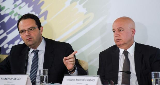 支出削減案を発表するバルボーザ財相(左)とシモン企画相(Marcelo Camargo/Agência Brasil)
