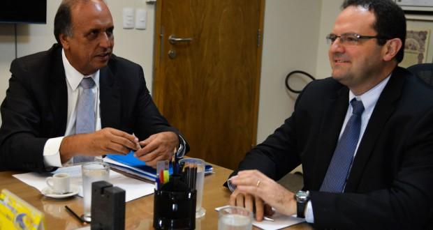ペゾン・リオ州知事(左)と会談するバルボーザ財相(右)(Valter Campanato/Agência Brasil)