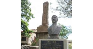 平野植民地にある運平の胸像と拓魂碑