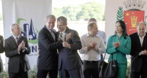 2014年のマリンガ日本公園落成式で、抱き合って喜ぶプピン市長とバーロス前市長