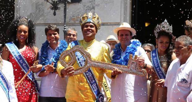 パエス市長(中央右)とレイ・モモ(中央左)、パエス市長の隣が女王で、一番左が第二王女(Ricardo Cassiano/Prefeitura do Rio)