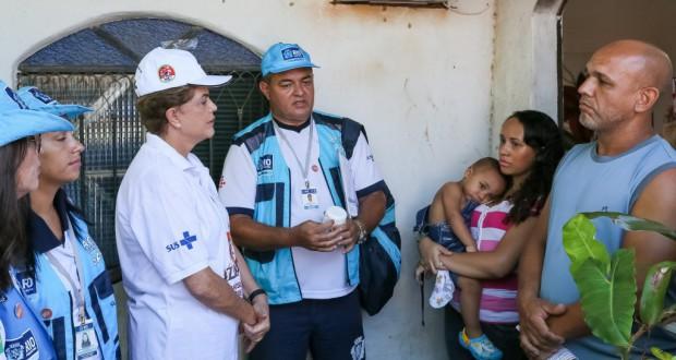 リオ市サンタクルーズのゼッペリン地区に現れ、ネッタイシマ蚊駆除対策の前線に立つジウマ大統領(Roberto Stuckert Filho/PR)