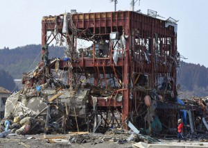 【共同】大津波にのみ込まれ、骨組みだけになった宮城県南三陸町の防災対策庁舎=2011年3月13日