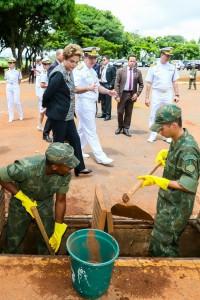 ジウマ大統領の号令下、蚊撲滅に乗り出した海軍(Foto: Roberto Stuckert Filho/PR)