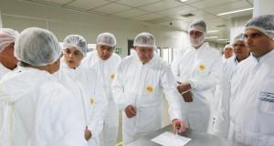 白衣姿でオズワルド・クルス研究院職員の説明に耳を傾けるジウマ大統領(左から3番目)(Roberto Stuckert Filho/PR 10/03/2016)
