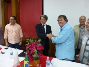 握手を交わす両代表者(提供写真)