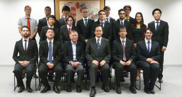 中前総領事(前列右から3人目)と国費留学生たち