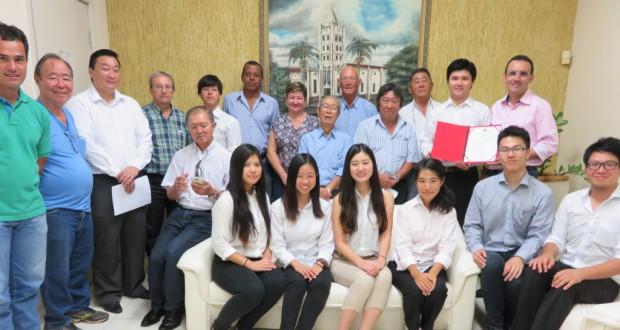 市関係者と日本人会、研修生で記念撮影