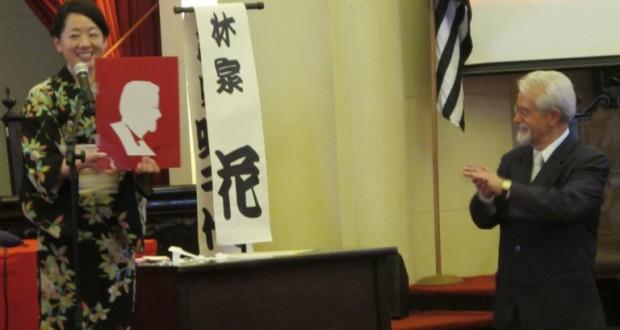 来場者の似顔絵を披露する林家花さん(左)(提供写真)