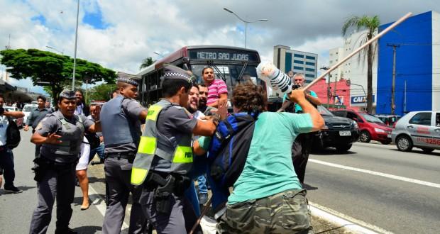 コンゴーニャス空港前での乱闘の一幕と割って入ろうとする軍警達(Rovena Rosa/Agência Brasil)