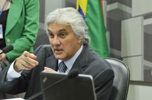 司法取引の交渉をしているデウシジオ上議(Foto: Geraldo Magela/Agencia Senado, 18/05/2015)