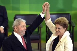 官房長官就任式で嬉しそうなルーラとジウマ(Foto: José Cruz/Agência Brasil)