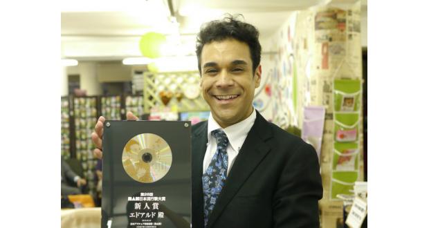 日本NAK新人賞の盾を持つエドアルドさん
