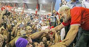 強制聴取の晩に、PT本部に駆けつけたルーラに心酔する活動家たち(Foto: Ricardo Stuckert/Instituto Lula, 04/03/2016)