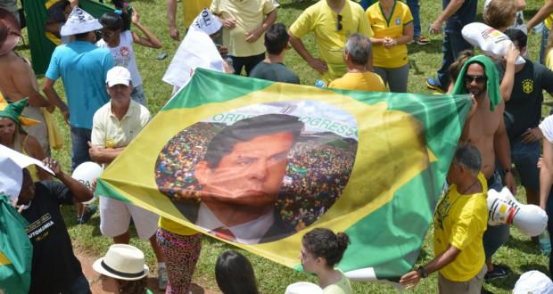 「秩序と前進」の言葉とモロ判事の顔を重ねた伯国国旗(Wilson Dias/Agência Brasil)