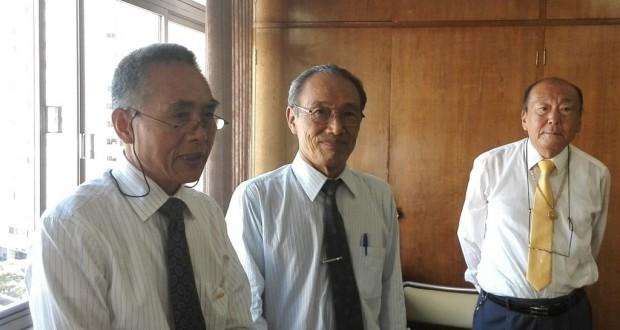 (左から)平野専任理事、徳力会長、酒井副会長