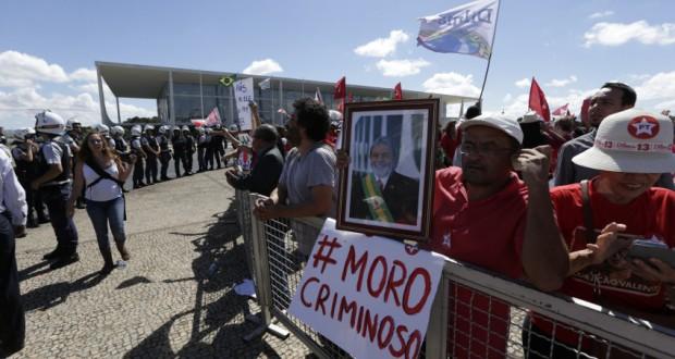 ルーラ氏就任前に大統領府前に集まった人たち(17日、Gustavo Bezerra/Agência PT)