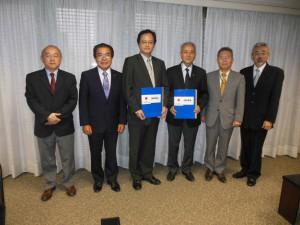 (左から)天内院長、与儀副会長、中前総領事、菊地会長、足立事務局長、小沢病院事務長