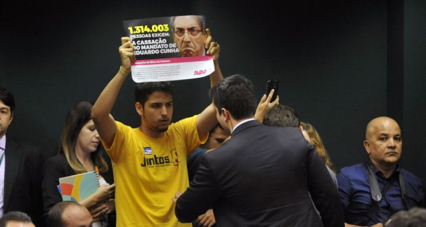 下院倫理委員会にクーニャ議員権剥奪を訴えるプラカードを持ち込む活動家(Luis Macedo/Camara dos Deputados)