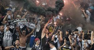 発炎筒を焚くコリンチャンスのサポーター達(Daniel Augusto Jr./Ag. Corinthians)