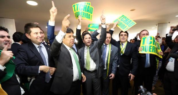 17日、下院でのジウマ氏罷免判断の票を投じ胴上げされるブルーノ・アラウージョ下議(Marcelo Camargo/Agência Brasil)