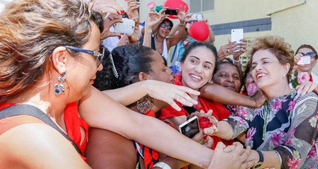 支持者から熱烈な歓迎を受けるジウマ大統領(Roberto Stuckert Filho/PR)