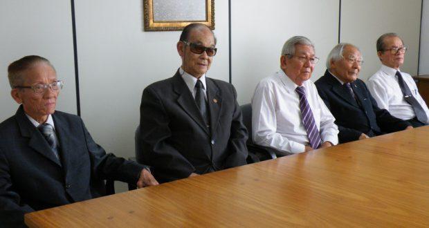 長年生長の家を支えてきた平島昭夫、山岡正登、向芳夫、福田進、中村晃児さん(左から)らが往時を振り返った