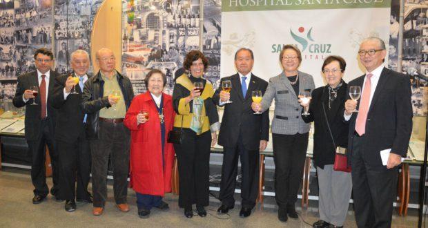記念式典での祝杯の様子(左から3人目が横田パウロ元理事長、右から4人目が石川理事長、右端が大田理事)