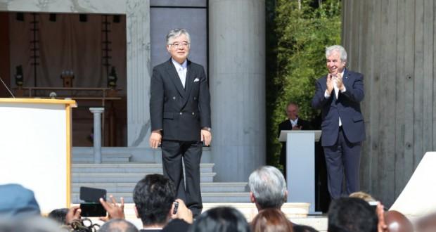 挨拶に立つ小林昌義理事長(左)とレゼンデ本部長(世界救世教いづのめ教団メディア情報部提供)
