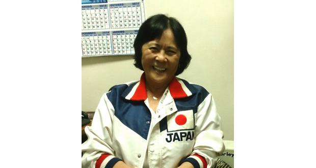 友人からもらったという日本代表の上着を、今でも身につけている笑顔の沢里さん
