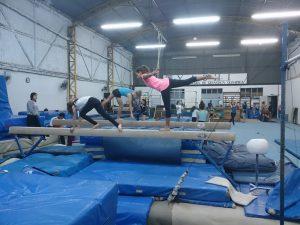 ヤシ体操クラブで練習に励む生徒ら