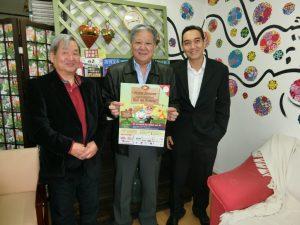 (左から)大野孔三副理事、小渡理事長、本田ヒデユキ・マルコス理事