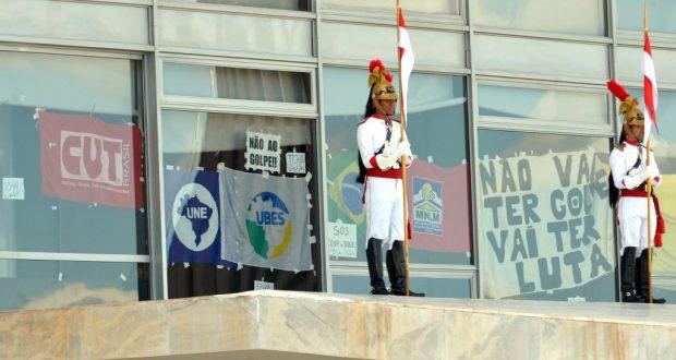 大統領府に張られた抗議のポスター(Antônio Cruz/Agência Brasil)