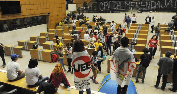 本会議場を占拠した州立校生と「CPI即刻設置!」と書かれた横断幕(ALESP)
