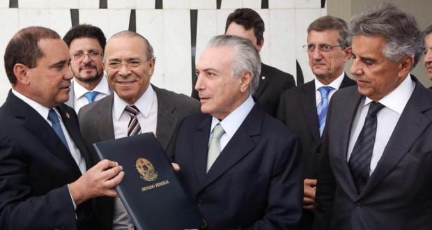 大統領代行就任の通達を受けるテーメル氏(Marcos Corrêa/VPR)