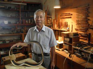 製作途中のギターと杉山重光さん(76、静岡)。 手作りの工房で