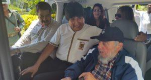 奥からマドゥロ大統領、エボ・モラエス大統領(ボリヴィア)、フィデル・カストロ(15年8月13日、カストロの89歳の誕生日を祝う様子、Foto:ABI)