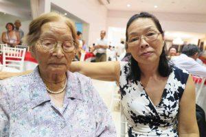 北山初江さん(左)と娘のテレーザさん