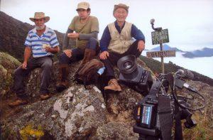 登山家の前田さん(右)。取材クルーと共に(本人提供)