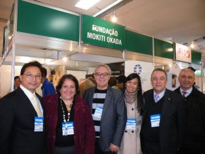 ブラジル岡田茂吉財団、ミゲル理事長(右から2人目)と関係者の皆さん