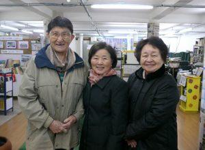 (左から)来社した栖原マリーナさん、西村会長、上芝原初美さん